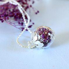 Collier boule en verre transparent fleurs séchées gypsophile violet