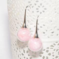 Boucles d'oreilles globes verre remplies de plumes rose pastel