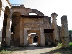 ROMAN ARCHITECTURE, Residential Buildings, Ostia: Remains of the court-yard