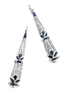 Länge: ca. 5,5 cm. Gewicht: ca. 11,2 g. WG 500. Strenge Ohrhänger mit Diamanten im Achtkantschliff, zus. ca. 0,5 ct, sowie tropfenförmigen und rechteckigen...