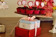 Chá de cozinha. Delicadeza. salmon, cores pasteis. rosa. quadrinhos. wedding. feminino. festa. evento. casamento. noivado. noiva.noivinha. mesa. table. latinha. red. vermelho. azul. blue. pink.