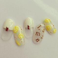 夏にピッタリのフルーツレモン。ファッションでも流行りつつあるレモン柄をネイルにも取り入れたらすごく可愛いんです!