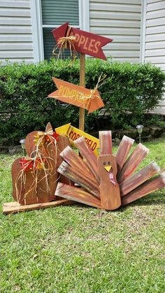 Autumn Pallet Projects To Welcome Fall Can you believe this adorable Thanksgiving turkey is made from pallets? Learn more at Upcycle Art.Can you believe this adorable Thanksgiving turkey is made from pallets? Learn more at Upcycle Art. Fall Projects, Diy Pallet Projects, Pallet Ideas, Craft Projects, Craft Ideas, Fall Wood Crafts, Thanksgiving Crafts, Holiday Crafts, Pallet Thanksgiving Ideas