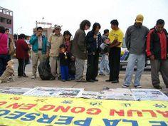 19/08/2006: La gente se sorprendió con las exposiciones fotográficas sobre la brutalidad del PCCh.