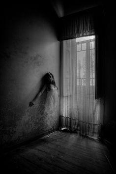 Je m'habille d'ombre, telle est cette peau qui est mienne Chaque soir, je voyage, connaissant chaque mur, chaque murmure, chaque pièce, chaque pierre ,comme sentier des âmes Chaque nuit, je vais errer les rêves les plus profond, les plus cachées, les...