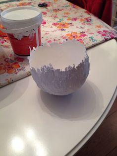 """Ballon insmeren met vaseline, muurvuller van de Action, laten drogen, ballon verwijderen en tadaa.... """"Ei-schaaltje""""! Eventueel verven enzv.... Handmade Crafts, Diy And Crafts, Diy For Kids, Crafts For Kids, Make Your Own Clay, Polymer Clay Projects, Love Craft, Craft Items, Holidays And Events"""