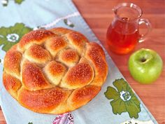 Apple Honey Challah - Recipe for Rosh Hashanah Challah Not only does this look delicious, but it comes with a step-by-step directions for braiding a round challah that looks easy. So trying it this year! Kosher Recipes, Cooking Recipes, Comida Judaica, Jewish Recipes, Brunch, Croissants, Sweet Bread, Holiday Recipes, Holiday Desserts