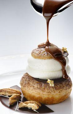 Chou croustillant -  Peninsula /julien Alvarez chou vanille légèrement croustillant, on retrouve une crème vanille et pralinée noix de pécan avec, en son milieu, un petit chou et coeur de praliné coulant, brisures de pécan et noisettes caramélisées. Au moment du service, on laisse juste couler sur le chou une sauce chocolat Gianduja.