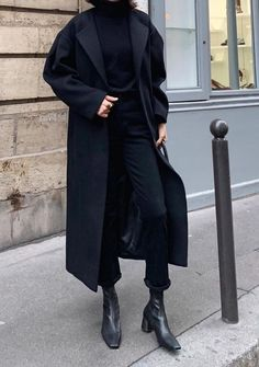 Very black look Discover more than 30 minimalist outfit ideas for fall Black , All black look , Street Style Source by emkafile. Black Women Fashion, Look Fashion, Trendy Fashion, Autumn Fashion, Trendy Style, Street Fashion, Fashion 2018, Curvy Style, 50 Fashion