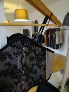 Ambiance feutrée en décembre 2011, dans un bel appartement strasbourgeois. Hic et Nunc Store propose sa sélection mode, bijoux et accessoires de jeunes créateurs.  Au 1er plan, corset Morphose et Vous. http://www.hicetnunc-store.com/