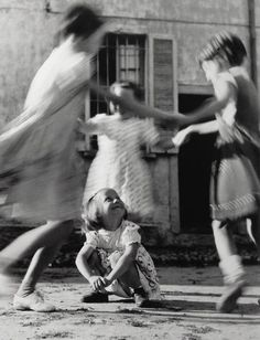Black and White Photography - Italy 1954 Photo: Vitaliano Bassetti Alberto Giacometti, Old Pictures, Old Photos, Fotojournalismus, Alfred Stieglitz, Vintage Photographs, Black And White Photography, Kids Playing, Childhood Memories