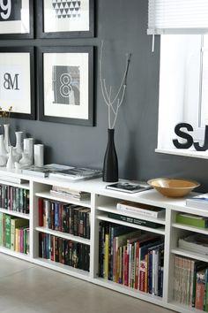 Schwarz-weiß und durch die Bücher auch ein wenig bunt.
