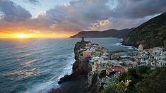 Włochy, Prowincja La Spezia, Miejscowość Vernazza, Morze Liguryjskie, Riviera di Levante, Wybrzeże, Domy, Morze, Wschód słońca