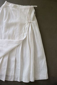 ❍ one of the Bennetts chp II Linen Skirt, Linen Dresses, Pleated Skirt, Skirt Fashion, Fashion Dresses, Diy Clothes, Clothes For Women, Blog Couture, Fashion Details