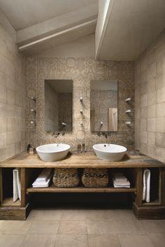 Rustic modern bathroom design modern walk in shower ideas rustic Rustic Bathroom Sinks, Small Rustic Bathrooms, Rustic Bathroom Lighting, Floating Bathroom Vanities, Cabin Bathrooms, Rustic Bathroom Designs, Diy Bathroom Vanity, Beige Bathroom, Modern Bathroom Design