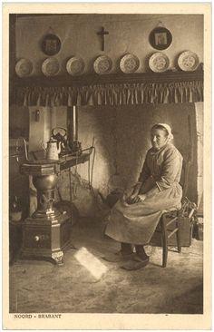 Het warmen bij de plattebuiskachel - 1890 - 1910 #Brabant