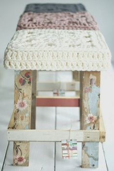decoupage stool with crochet seat cover. Crochet Projects, Craft Projects, Projects To Try, Painted Furniture, Diy Furniture, Eco Deco, Deco Pastel, Decoupage, Big Wool