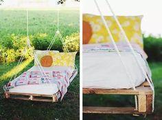 Lit en palette suspendu dans le jardin pour une personne