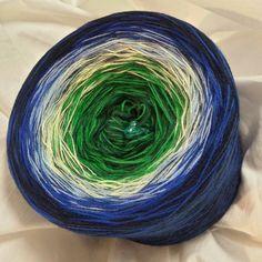 Nr. 280: Hochbausch (+ in diesem Bild als Beispiel mit 1 Beilauffaden Merino marine gewickelt, der aber nicht mehr lagernd ist, also gerne mit einem anderen Beilauffaden wickelbar) 6 Farben Mix: dunkelgrün grün lindgrün mittelblau dunkles royalblau marine