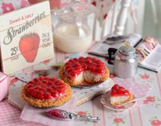 Miniature Strawberry Cheesecake Pies por CuteinMiniature en Etsy