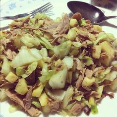 In a pan, sautée onions, cabbage, tuna, apple and add curry powder. Cohen Diet Recipes, Thai Recipes, Cooking Recipes, Saute Onions, Curry Powder, Summer Recipes, Tuna, Cabbage, Clean Living