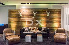 Mur de bois de grange autoportant - Tête de chevreuil blanche glam  - Pouf cube Bourbon- Ottoman Bourbon - Fauteuil Madmen Trio noir by DX Design