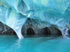 물이 조각한 대리석 동굴의 아름다움