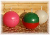 Boule  De nombreux coloris disponibles.  Dimensions: 4 cm de diamètre.  Disponible sur : www.bougies-lumieres-d-antan.fr