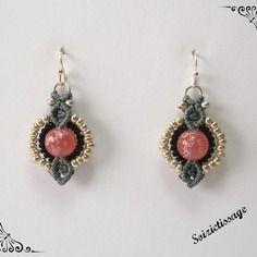 Boucles d'oreille en macramé avec une perle ronde et des perles rocailles argent