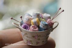 Tiny Ter Miniatures: costura yarn knitting in tin pail Vitrine Miniature, Miniature Rooms, Miniature Crafts, Miniature Furniture, Doll Furniture, Dollhouse Furniture, Dollhouse Accessories, Doll Accessories, Diy Dollhouse