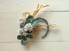 白詰草の花を3輪、そして葉を組み合わせたコサージュです。白生地を染め、ひとつひとつ組み上げて作った布の花です。手染めで染めていますのでうっすらと色づいてしまっ...|ハンドメイド、手作り、手仕事品の通販・販売・購入ならCreema。