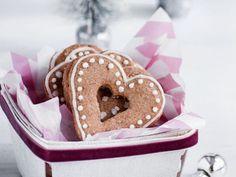 DIY-Anleitung: Honigkuchen backen / bake some delicious christmas gingerbread hearts via DaWanda.com