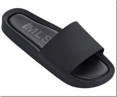 A marca Melissa acaba de lançar a sandália Beach Slide para o público masculino que gostam de conforto e estilo, uma ótima opção para o Verão 2017. Mais informações no nosso blog.