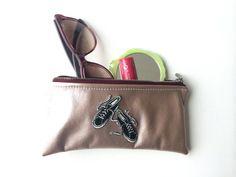 Pochette en simili cuir rose-doré avec patch baskets, pochette maquillage, clés, documents, etc.