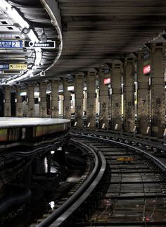 終電後の上野駅。カーブ上にホームがあり、駅中央を支える、番号が記された太い鉄骨支柱には独特の存在感がある