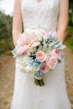 Exquisito ramo de novias con delicadas rosas - Nate and Amanda Driver