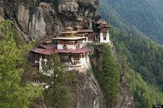 Mosteiro Ninho do Tigre, Butão  É um dos santuários budistas mais famosos do mundo. Localizado no alto de um penhasco e com uma vista impressionante.