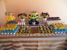 Decoração mesa principal festa Minions