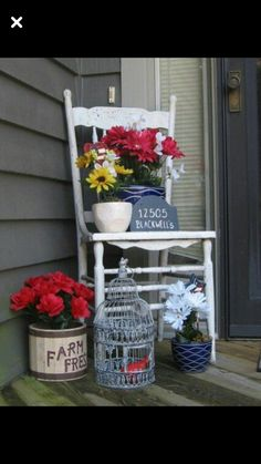 Front door stoop decor Old antique chair I found at an antique shop. - Front door stoop decor Old antique chair I found at an antique shop…pots from Michaels and fake fl - Small Front Porches, Decks And Porches, Country Front Porches, Building A Porch, House With Porch, Outside House Decor, Front Door Decor, Front Porch Decorations, Front Porch Chairs