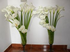 Deco Floral, Arte Floral, Floral Design, Tropical Wedding Centerpieces, Table Centerpieces, Flower Arrangements Simple, Flower Vases, Calla Lillies, Calla Lily