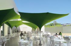 Continuous advancements have been made to the MDT tulip umbrella, which can be set up in any way you see fit – as a standalone design, artistically in a group, or as part of an eye-catching brand presentation. This type of umbrella can be illuminated in any color to create the desired atmosphere and can also be custom-printed to enhance events both public and private.