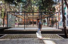 Para que una unidad habitacional funcione, primero hay que crear un espacio público conducente a la UNIDAD. Aquí, lo que las superficies verticales separan, las horizontales unen. El 95% de las rejas fueron retiradas por consenso de la comunidad. Construído.