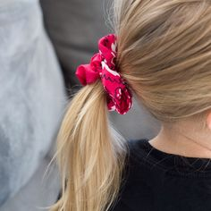 Learn how to make this easy DIY Scrunchie No Sew in just minutes. This super easy diy scrunchie is so fun to make and they turn out gorgeous. # Easy DIY clothes DIY scrunchie no sew Diy Hair Scrunchies, How To Make Scrunchies, Hair Bows, Diy Fashion Videos, Diy Fashion No Sew, Fashion Ideas, Easy Hairstyle Video, Diy Clothes Videos, Clothing Hacks