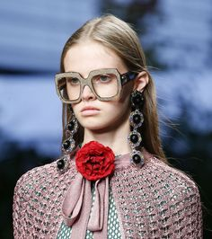 Les boucles d'oreilles en cristaux de Gucci, lunettes XXL