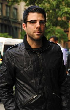 Zachary Quinto --he's wearing bennet glasses! ♥