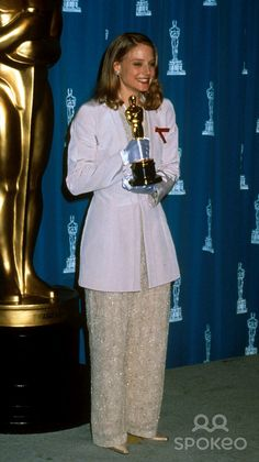 """1991 JODIE FOSTER with the Oscar she won for her work in """"Silence of the Lambs"""" This would Ms Foster's second Oscar win. (Photo by Michael Ferguson/Globe Photos,inc. Academy Award Winners, Oscar Winners, Academy Awards, Oscar Gowns, Oscar Dresses, Jodie Foster, Sandy Mandy, Work In Silence, Movies"""