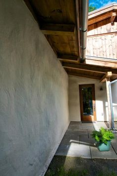 Natural Hydraulic Lime on a straw bale house will ensure a durable application that is breathable allowing water vapor and moisture to process through the walls. Straw bale houses are not new but are gaining popularity throughout the US and Europe. This lime render by LimeWorks.us was applied to this house in the Hudson Valley just north of New York City.
