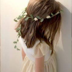 Organized a First Communion in a pee pas Communion Hairstyles, Boy Hairstyles, Little White Dresses, First Communion, Floral Crown, Her Hair, Kids Fashion, Floral Prints, Hair Accessories