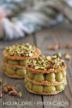 recetas con hojaldre (this leads to overview of recipes and with some common sence you can at least find out half the ingredients) Köstliche Desserts, Delicious Desserts, Philo Pastry, Individual Desserts, Caramel Pecan, Bakery Recipes, Cake Servings, Desert Recipes, Sweet Recipes