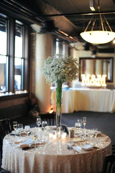 Shimmering Chicago Wedding at River Roast Chicago - MODwedding Love the gold shimmering wedding reception table cloth. Photo: Erica Rose Photography